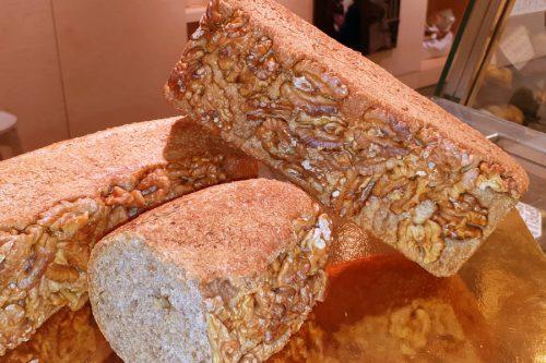 Pa de noues, sèsam i anís, de blat integral ecològic.
