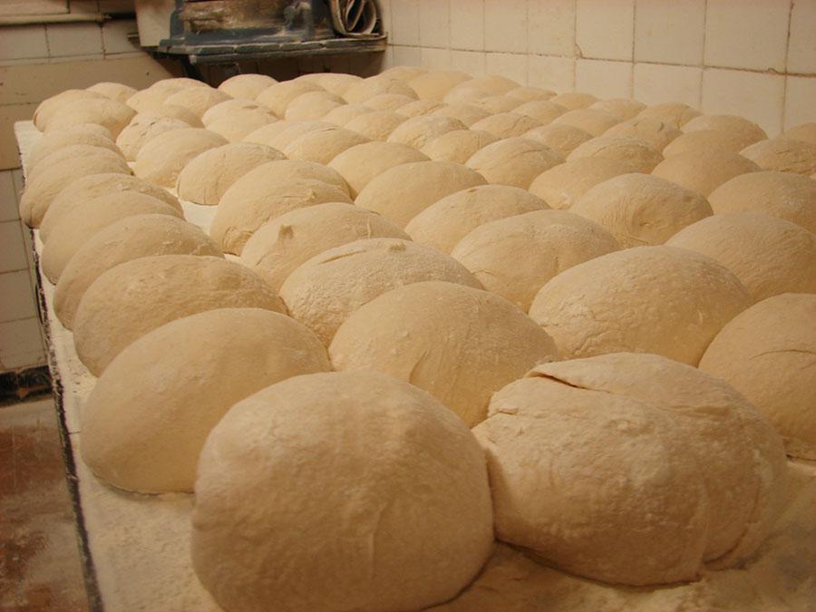 Pans sobre taula de fermentaciço