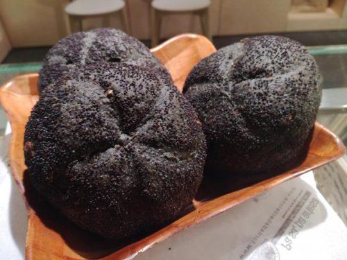 Panet d'espelta amb ceba i carbó
