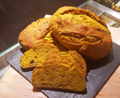 Kamut bread with turmeric and walnuts